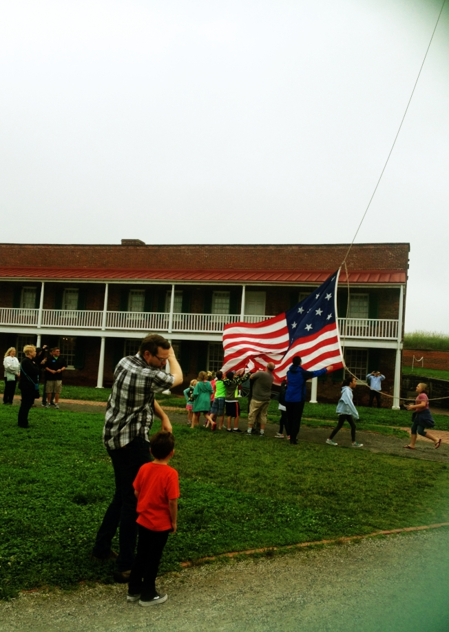 每天都有大批遊客們親手升降國旗。