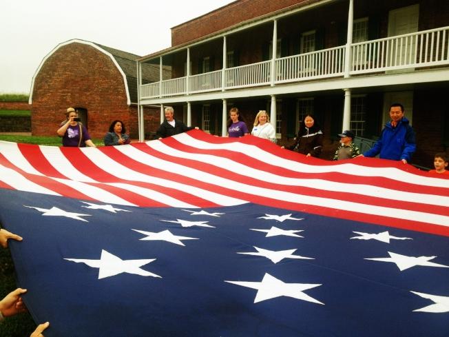 巨幅國旗令遊客驚歎。
