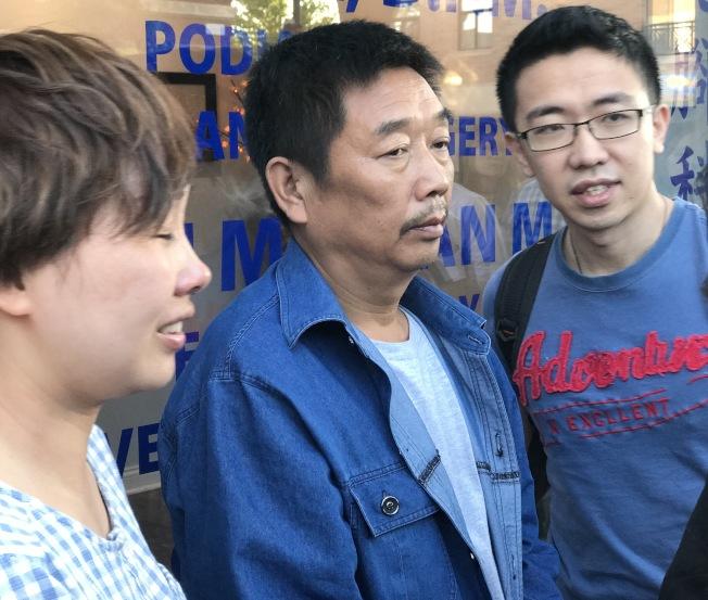 章瑩穎的小姨葉麗欽(左)、父親章榮高(中)及男友侯霄霖(右)在上月17日抵達香檳至今,已經將近一個月,卻仍等不到章瑩穎究竟在哪裡的消息。(特派員黃惠玲/攝影)