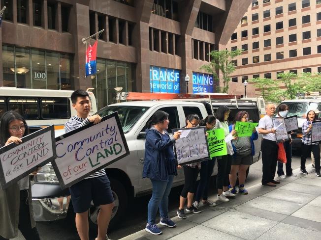 波士頓華埠公路村管理協會、華埠社區土地信託、華人前進會、麻州長者行動和居民代表參與三一公司抗議。(記者劉晨懿之/攝影)