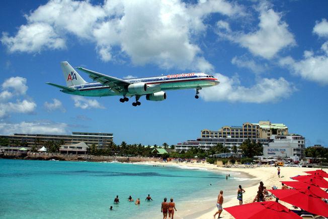 荷屬聖馬丁島海灘常有大批民眾想體驗飛機氣流,卻被吹倒。(維基百科)
