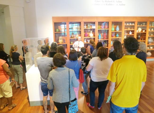 漢恩博物館的亞洲藝術策展主任任史都柏特介紹中國陶瓷藝術。(南佛大孔子學院提供)