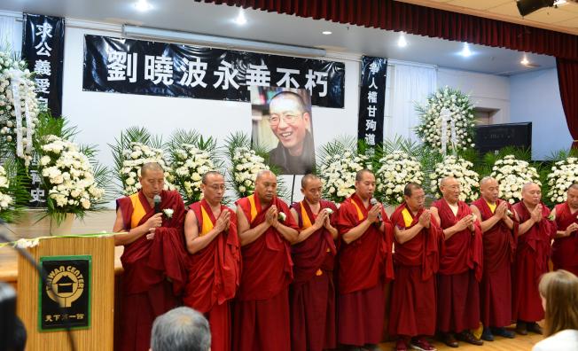 紐約各界15日在法拉盛台灣會館舉行劉曉波追悼會,西藏格西小組為劉曉波誦經祈福。(記者許振輝/攝影)