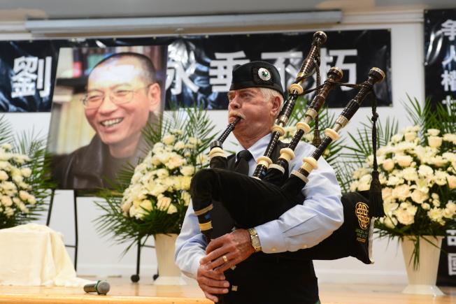 紐約各界15日在法拉盛台灣會館舉行劉曉波追悼會,蘇格蘭風笛演奏「奇異恩典」。(記者許振輝/攝影)
