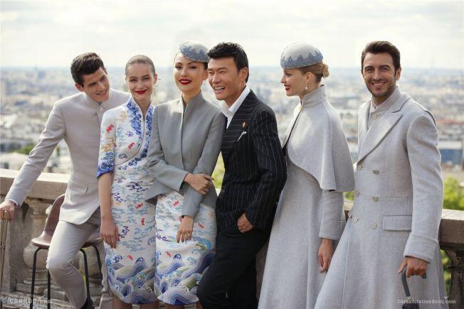 設計師許建樹(左4)以南京雲錦的細膩精神打造海南航空制服。(取自ChinaAvationDaily.com)