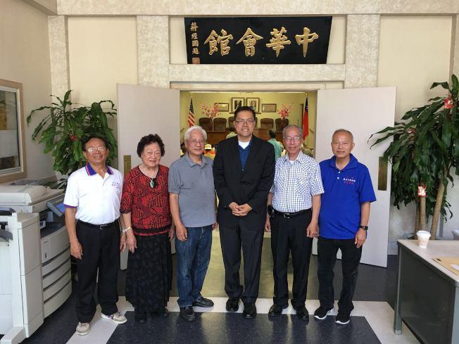 方樹強(右三)16日拜會羅省中華會館。(方杰洲提供)