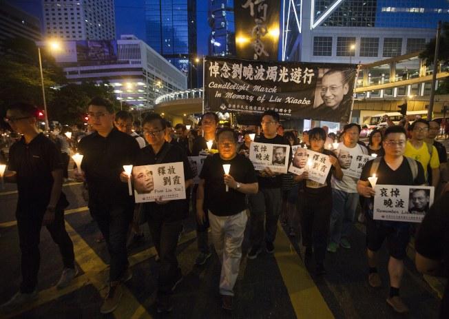香港社運人士上街頭遊行,要求釋放劉曉波的妻子劉霞。(歐新社)