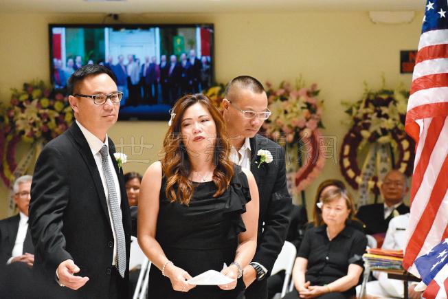 李超南的三名子女李偉忠(左起)、李慧慈及李偉浩,坐在後頭的是夫人鍾美薇。(記者李秀蘭/攝影)