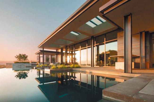 2016年初,矽谷的李維球場舉行超級盃,流行樂天后碧昂絲來矽谷,在洛斯阿圖山(Los Altos Hills)這棟五臥房子住了一夜,就因為她曾在這裡住過,這棟房的Airbnb租金,一晚就要3萬元,比原來的1萬元,漲價三倍。(圖:Airbnb提供)
