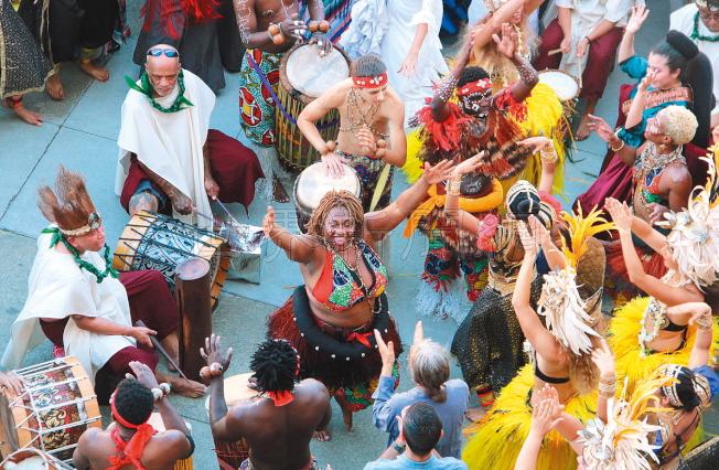 表演結束,代表世界各地不同舞蹈文化的舞者在Van Ness街頭齊舞,吸引路人駐足圍觀。(記者李晗/攝影)