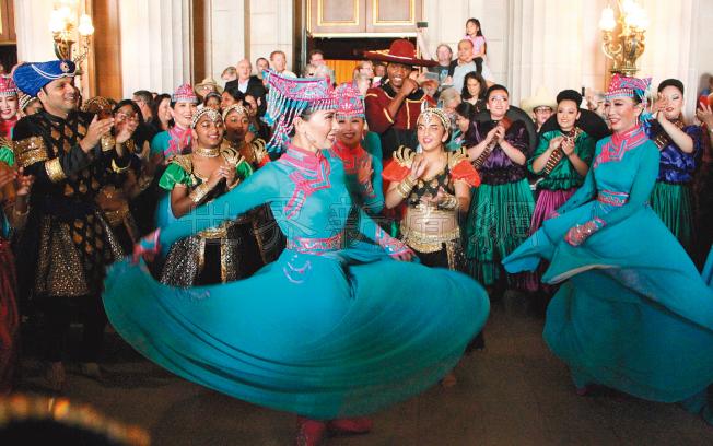 今年唯一的中國元素代表——聖荷西姚勇舞蹈學院的舞者,身穿蒙古風格的長裙起舞。(記者李晗/攝影)