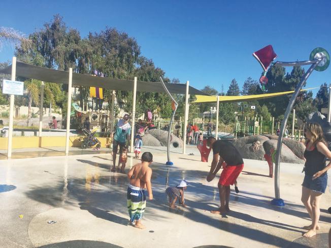 桑尼維爾一處公園充滿了玩水的民眾。(記者張毓思/攝影)