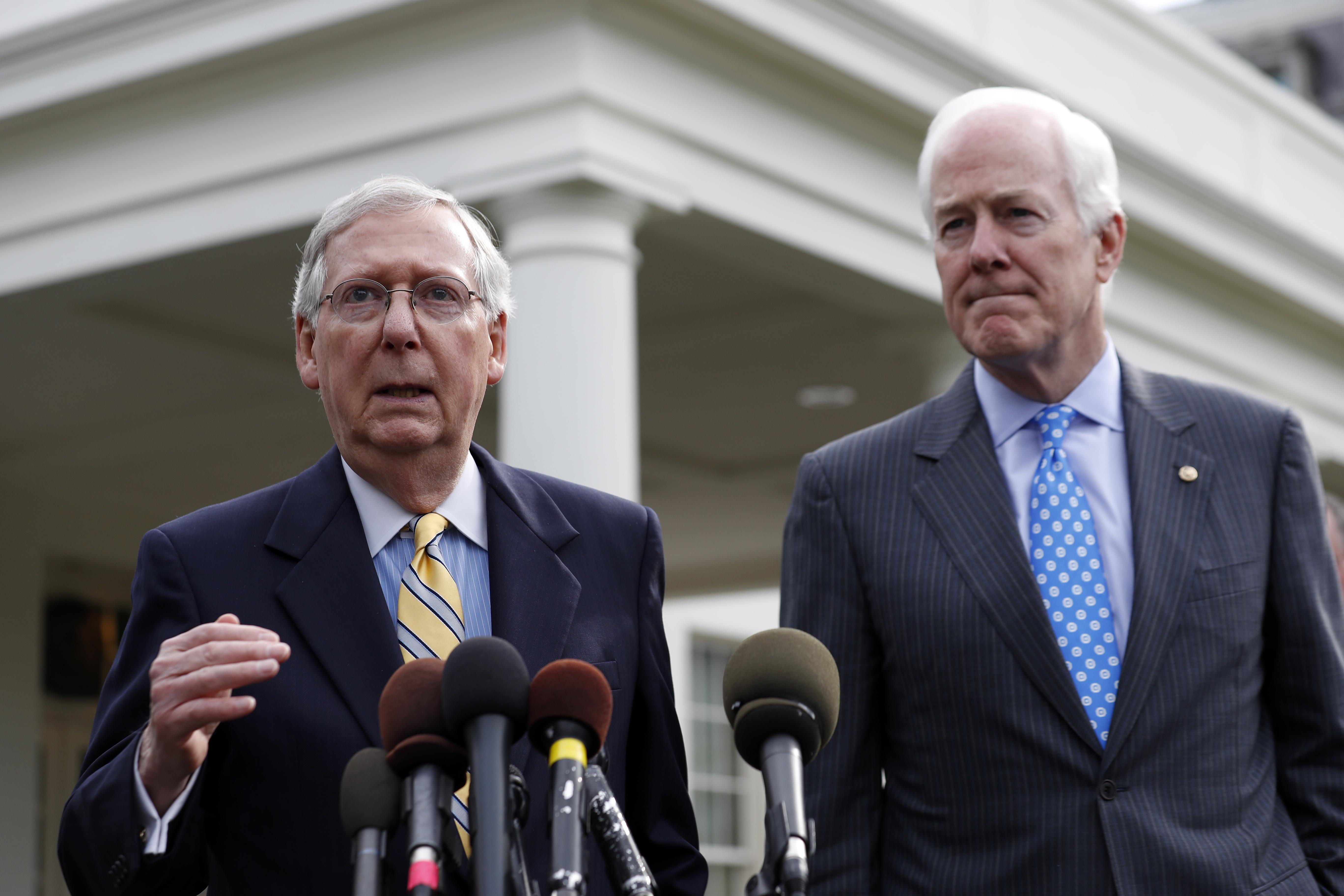 參院多數黨領袖麥康諾 (左)肩負著法案過關使命,共和黨參院黨團孔寧(右)則看好共和黨健保法案能迅速過關。 (美聯社)
