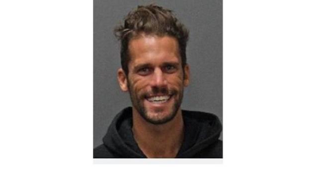 在YouTube上傳跳樓、跳崖、跳海視頻的28歲男子,綽號8booth的Anthony Booth Armer,因私闖他人產業、干擾商家等四項控罪而被判刑。(橙縣拉古納灘警局)