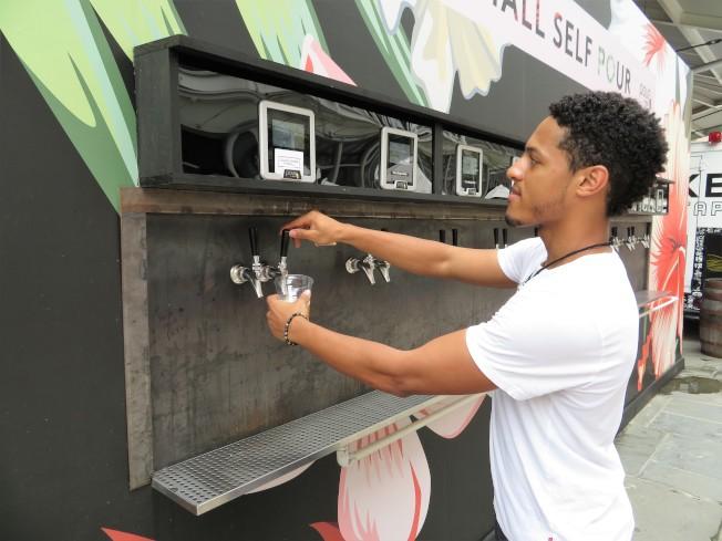 南街碼頭快閃店Clinton Hall Self Pour店員展示使用啤酒ATM。(記者陳小寧/攝影)