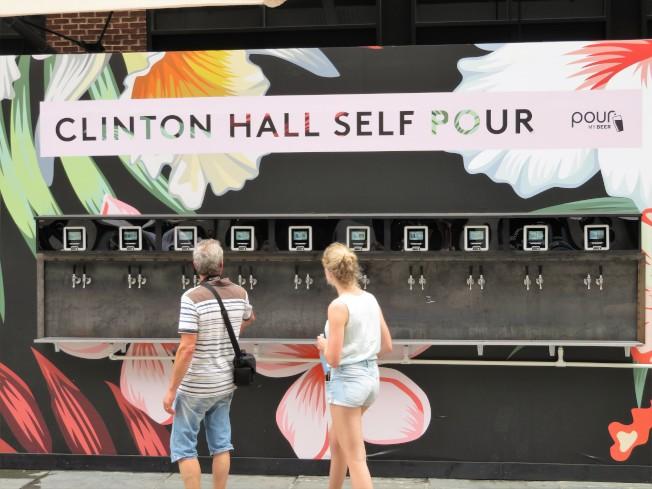 南街碼頭快閃店Clinton Hall Self Pour的啤酒ATM吸引了過路民眾駐足觀看。(記者陳小寧/攝影)