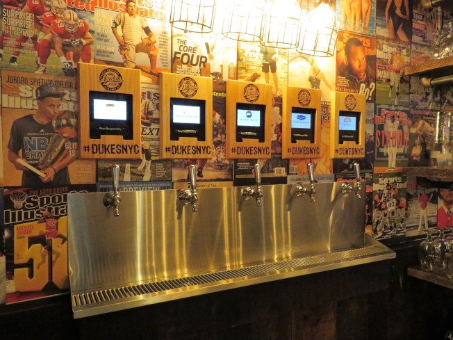 曼哈頓上東區的Dukes Original Roadhouse內的啤酒ATM。(記者陳小寧/攝影)