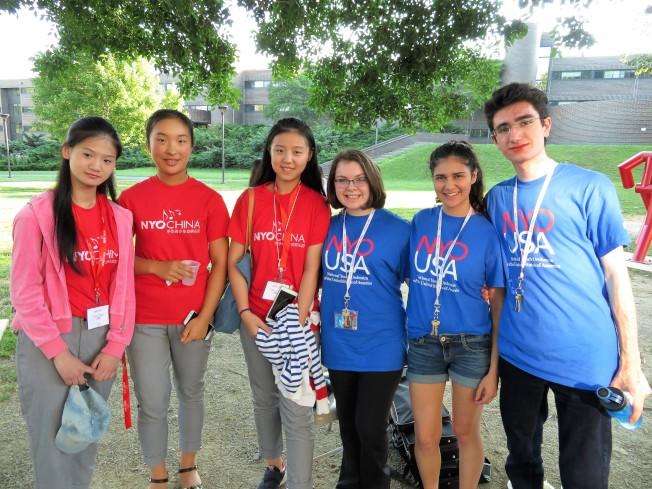 中華青少年交響樂團成員與美國青少年交響樂團成員在交流會上交流、合影。(記者陳小寧/攝影)
