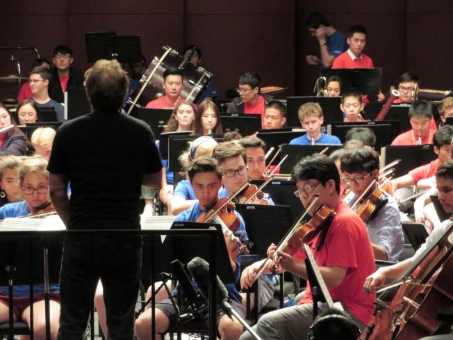 表兄弟Sean Juhl(右二,藍衣)和王柏淳(右一,紅衣)同台排練。(記者陳小寧/攝影)