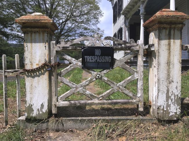 康乃狄克州一處荒廢逾20年的詹森維爾村,被菲律賓教會收購。圖為該村落內的建築。(美聯社)