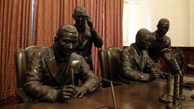 汪孝熙(左二)陪葉公超(左一)與日方代表簽署和平條約的銅像,仍在台北賓館展示。 (翻攝網路)
