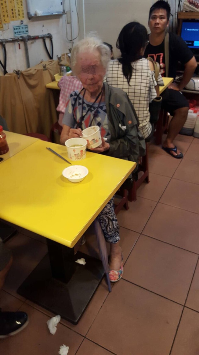 汪孝熙遺孀曾在淡水老街迷路,幸好有熱情遊客幫忙,小吃店老闆還免費招待她用餐。(記者林昭彰/翻攝)