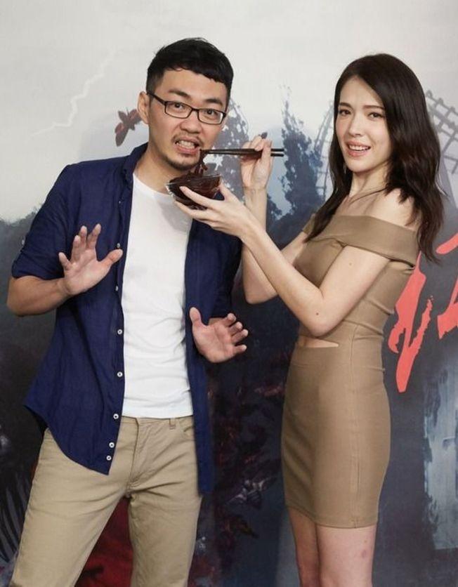 許瑋甯(右)和新片「紅衣小女孩2」導演程偉豪合影。 (圖:威視提供)