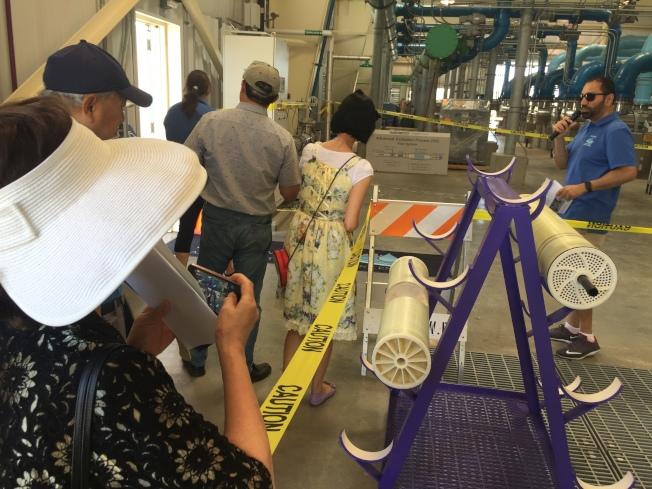 民眾參加導覽團,了解廢水淨化過程。(記者林亞歆/攝影)