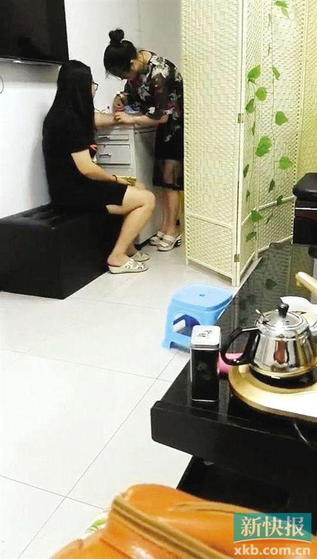 廣安醫院3樓一診室內,「小張」(右)在為一名女孩打針。(取材自新快報)