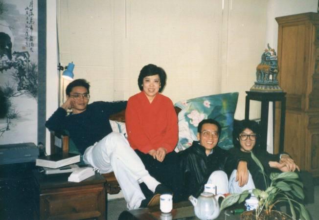 施文彬的母親裴深言(左二)曾將房子租給大陸詩人貝嶺(右一),他因此認識劉曉波(右二)。(摘自施文彬臉書)
