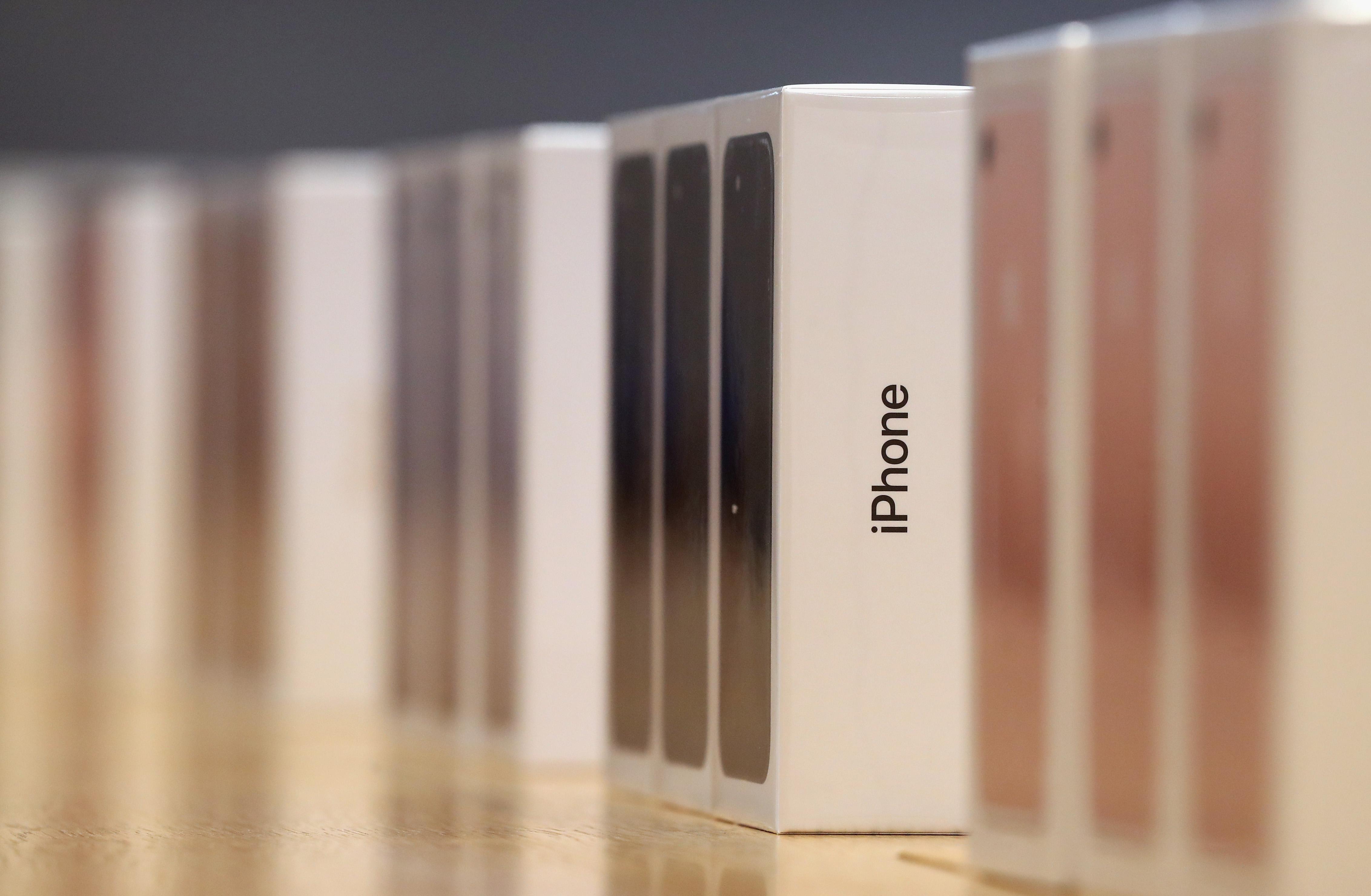 蘋果實體店內的桌上擺滿了新上市的iPhone 7。 (Getty Images)