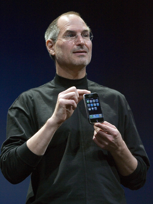 喬布斯於2007年1月份展示首代蘋果手機。(歐新社)