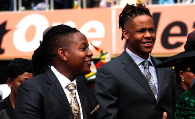 辛巴威總統的兩個兒子夏東加.貝拉敏(左)及羅伯特.朱尼奧。(取自ALLAFRICA網站)