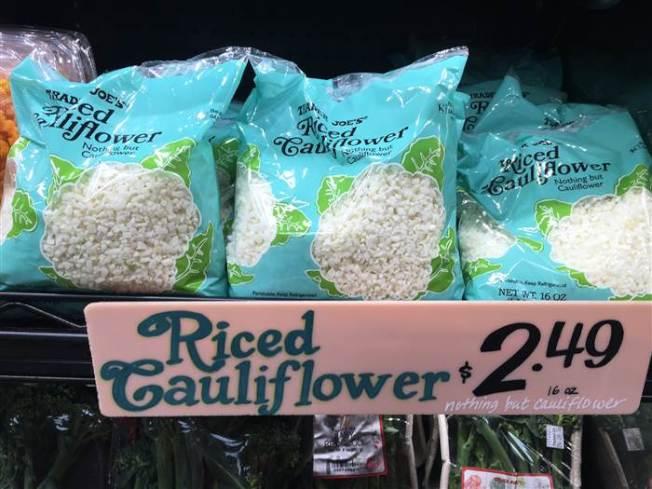 由於白花菜米供不應求,連鎖超市Trader Joe's 開始實施每名顧客限購兩包的政策。(網路圖片)