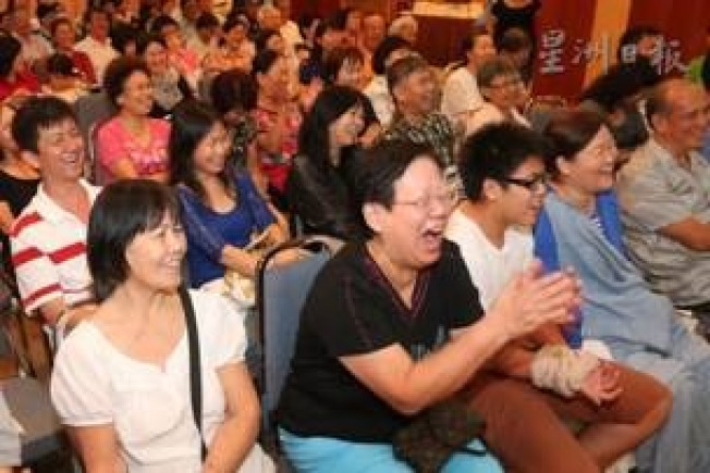 吳玲瑤在星加坡拋笑彈,觀眾哄堂。