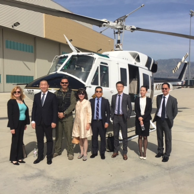 多家中國航空公司對直航安大略國際機場興趣濃厚。月前海南航空高層專程到安大略機場考察,安大略機場用直升機帶海航人員巡視機場設施。(蘇王秀蘭提供)