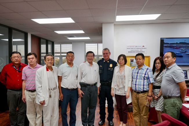 休士頓警局西區分局隊長Mike Faulhaber(左六)、「華裔社區安全講座」發起人陳文(右四)與部分華裔民眾在新聞發布會現場合影。(記者陳開/攝影)