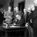1964年7月2日:美國總統簽署民權法案