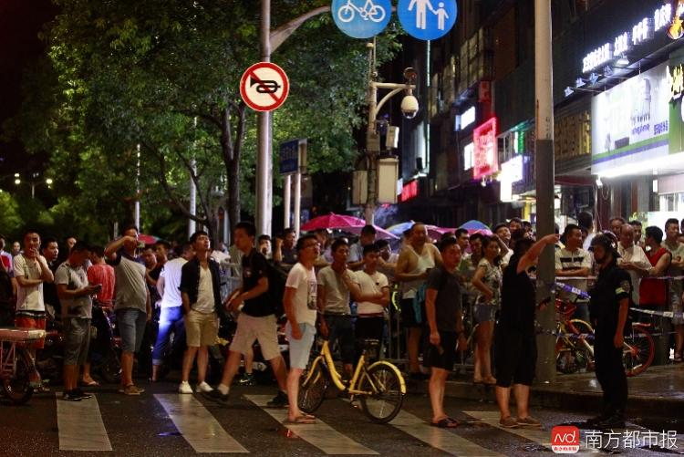 深圳沃爾瑪驚傳砍人事件,現場已由警方大範圍封鎖,警戒線外圍聚集著許多圍觀市民。(網路圖片)