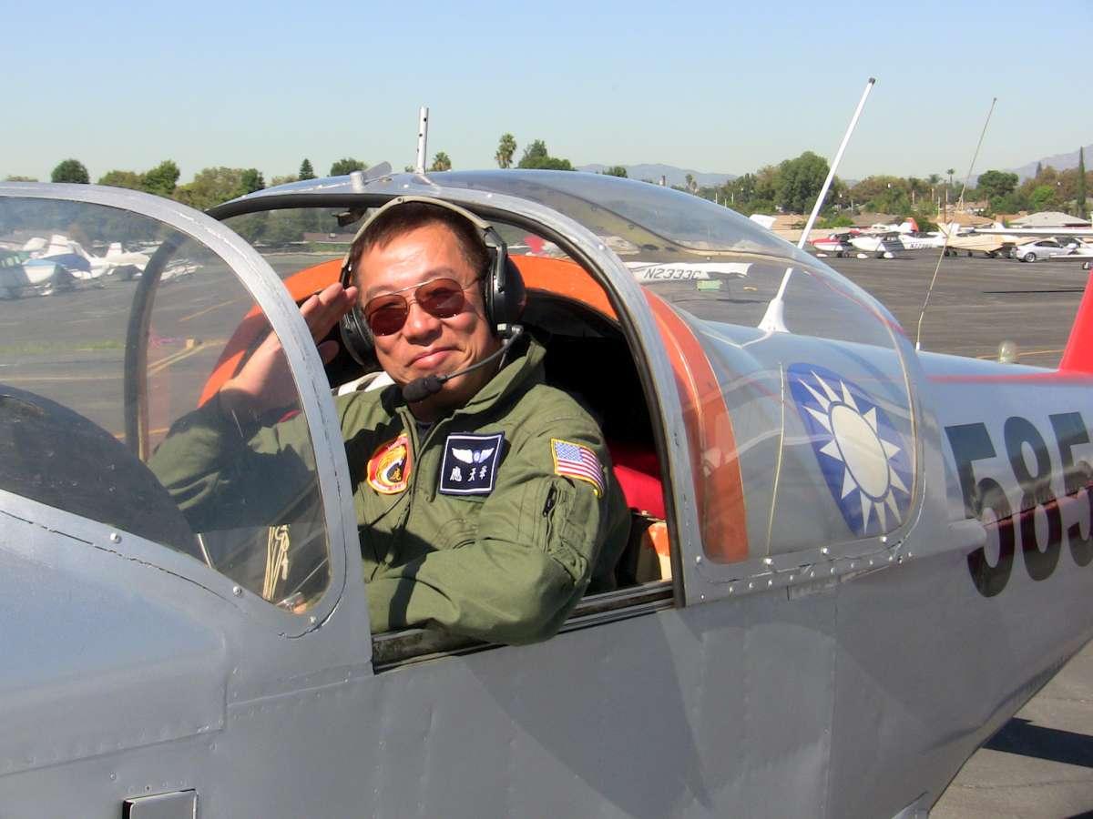 14日出事的應天華與他的編號5858、美造PL-2「介壽號」小飛機。(取自美國華人飛行協會網站)