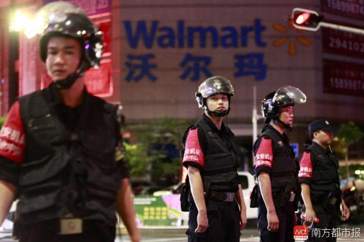 深圳沃爾瑪驚傳砍人事件,現場已由警方大範圍封鎖。(網路圖片)