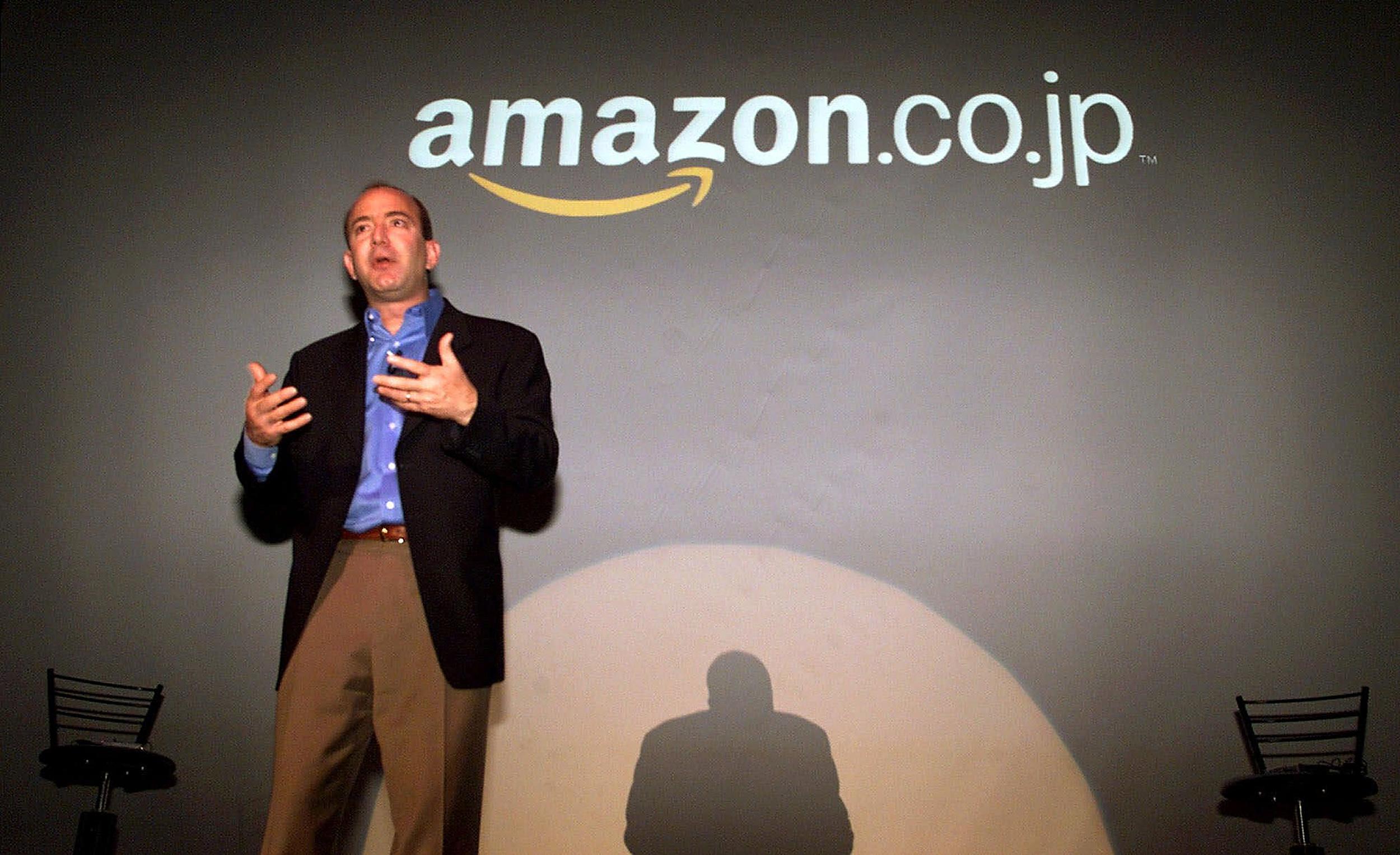 2000年11月1日,亞馬遜創辦人貝佐斯 (Jeff Bezos) 於記者會上宣布正式進軍日本市場。(美聯社)