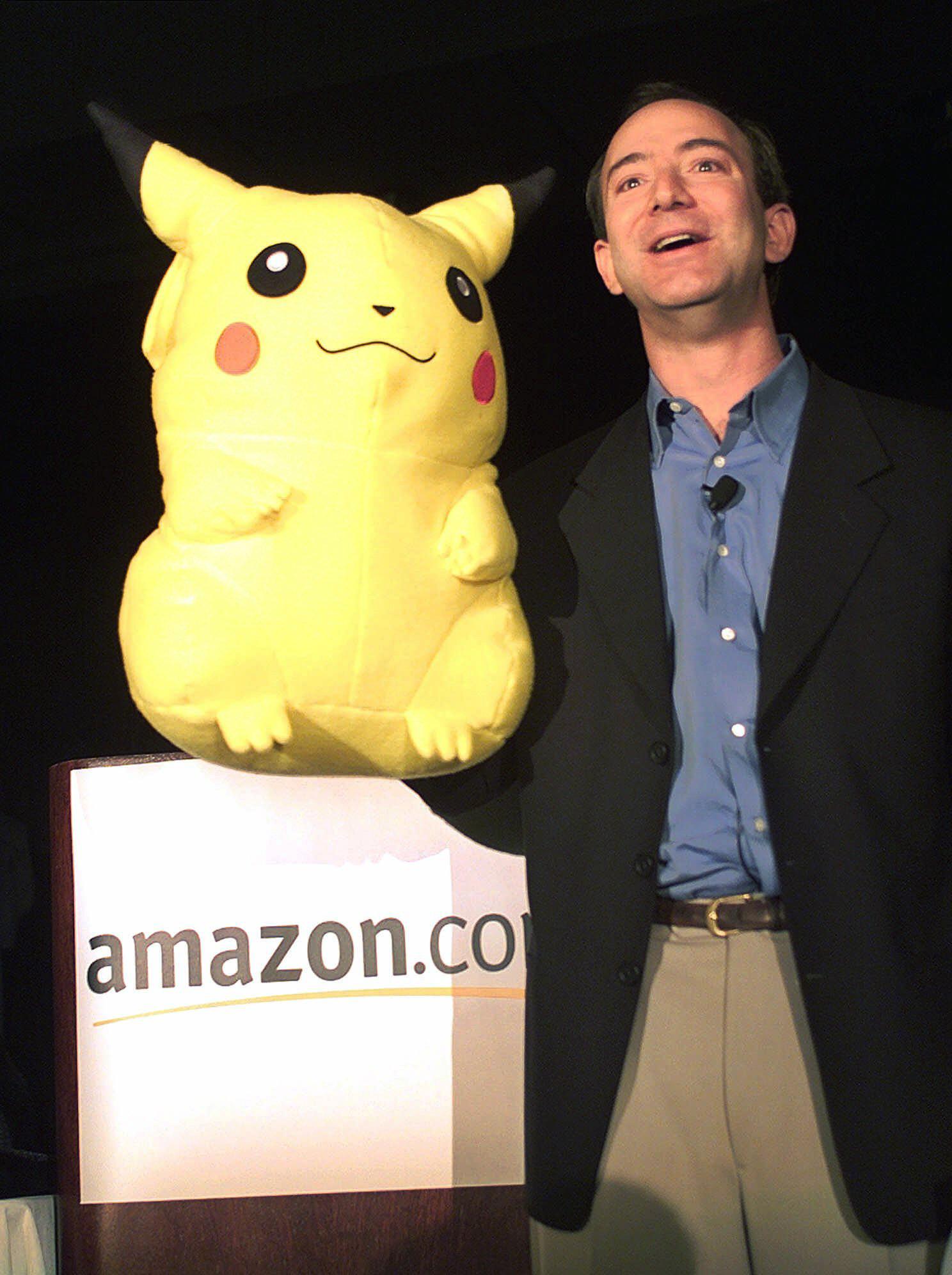 1999年11月9日,亞馬遜創辦人貝佐斯 (Jeff Bezos) 拿著皮卡丘娃娃,於紐約的記者會上宣布公司擴展計畫。(美聯社)