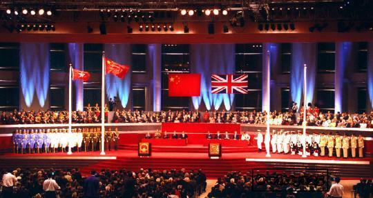1997年6月30日午夜至7月1日凌晨, 中英兩國政府香港政權交接儀式在香港會議展覽中心重舉行。7月1日零點整,中華人民共和國國旗和香港特別行政區區旗在香港升起,中國政府開始對香港恢復行使主權。 (新華社)