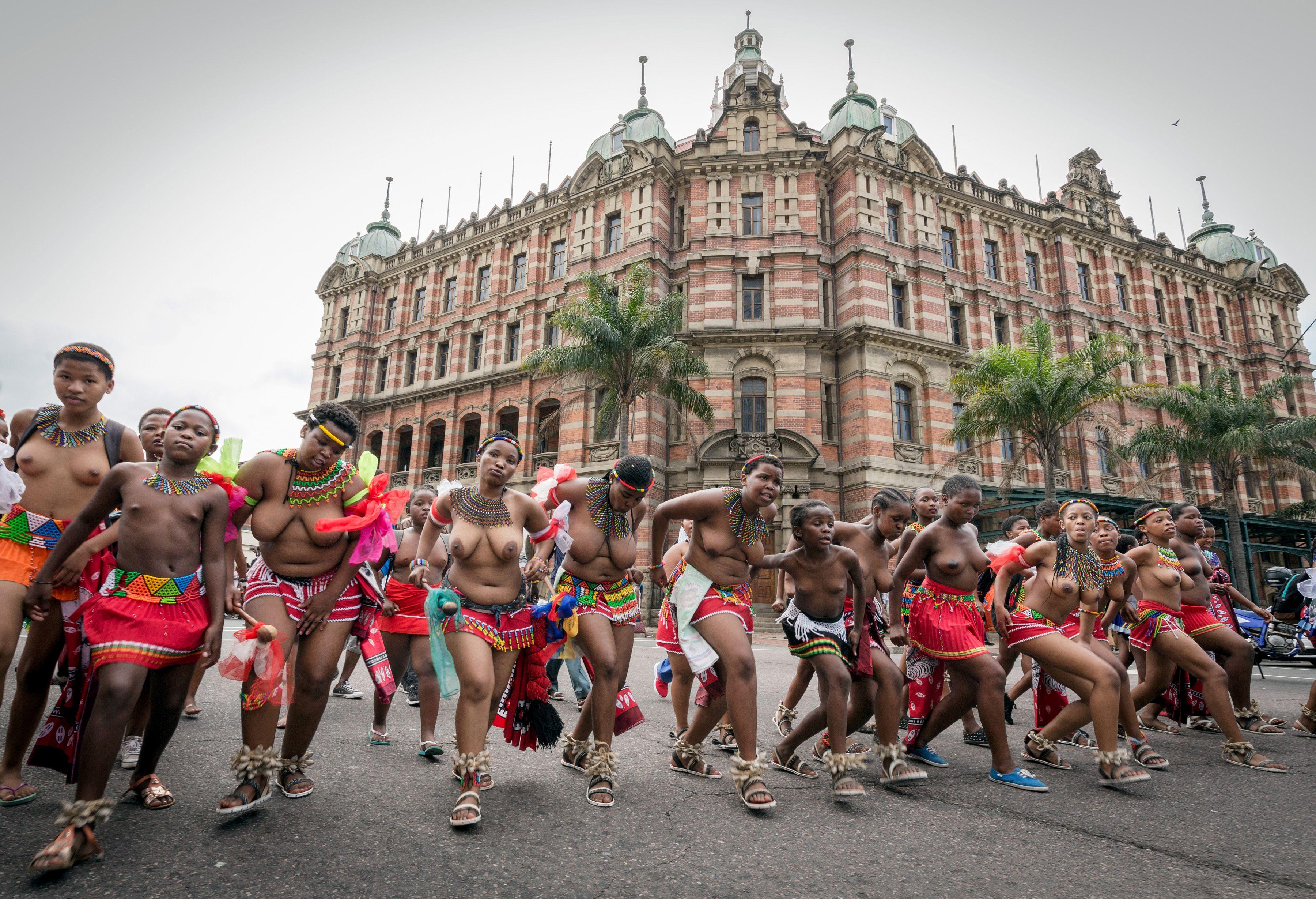 穿著傳統服飾的女子在Durban城參加南非傳統舞蹈節表演。(Getty Images)