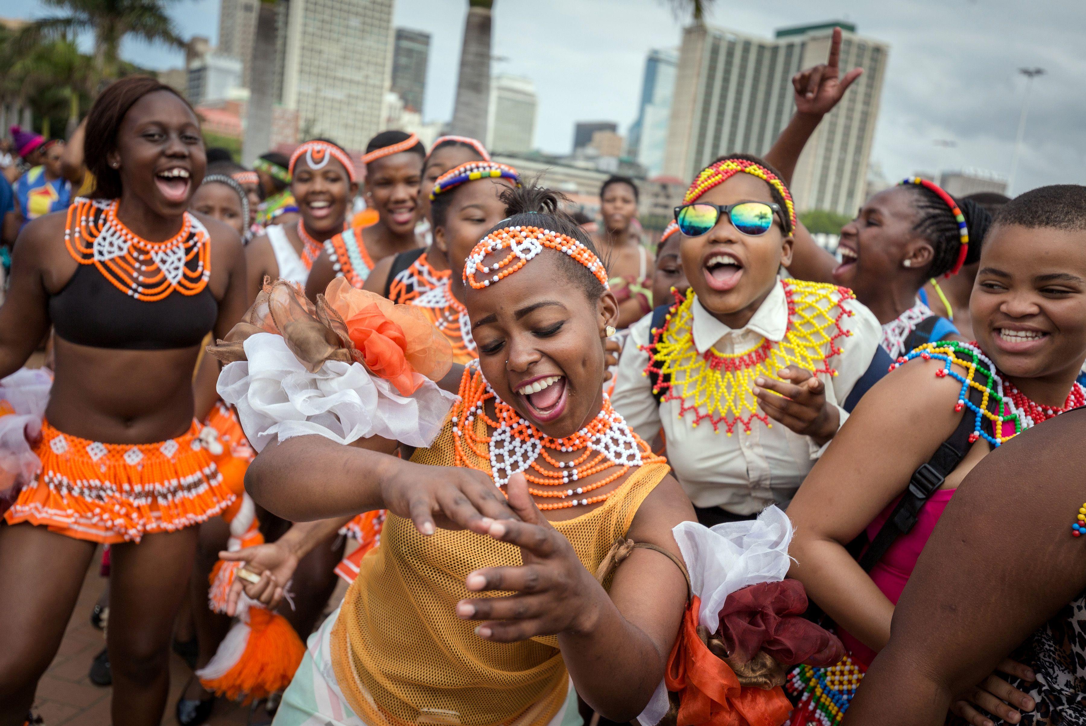 參加南非傳統舞蹈節的舞者在Durban城遊行。(Getty Images)