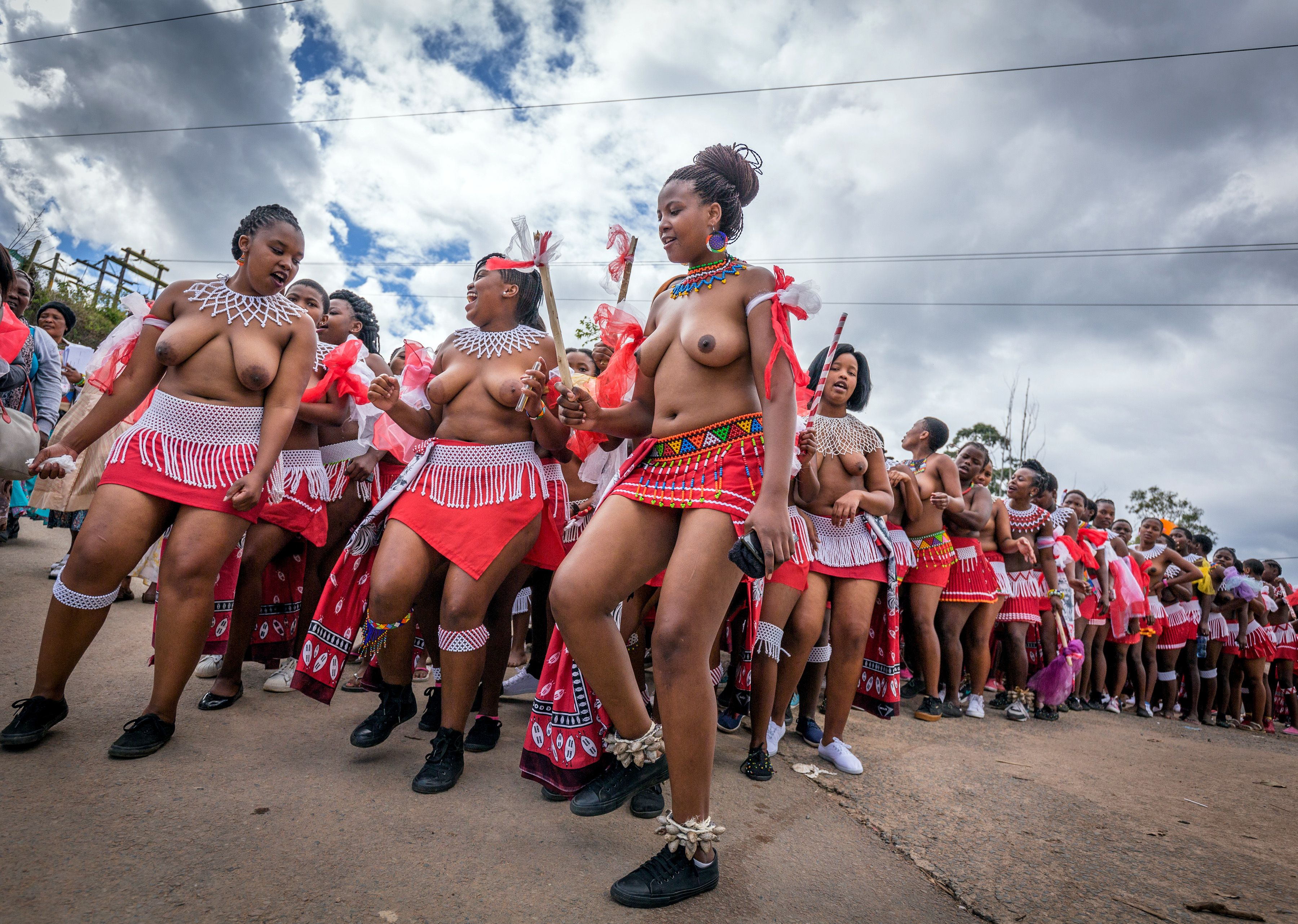穿著南非祖魯族傳統服飾的女子在Durban城近郊參加小型的芒草舞蹈表演。(Getty Images)