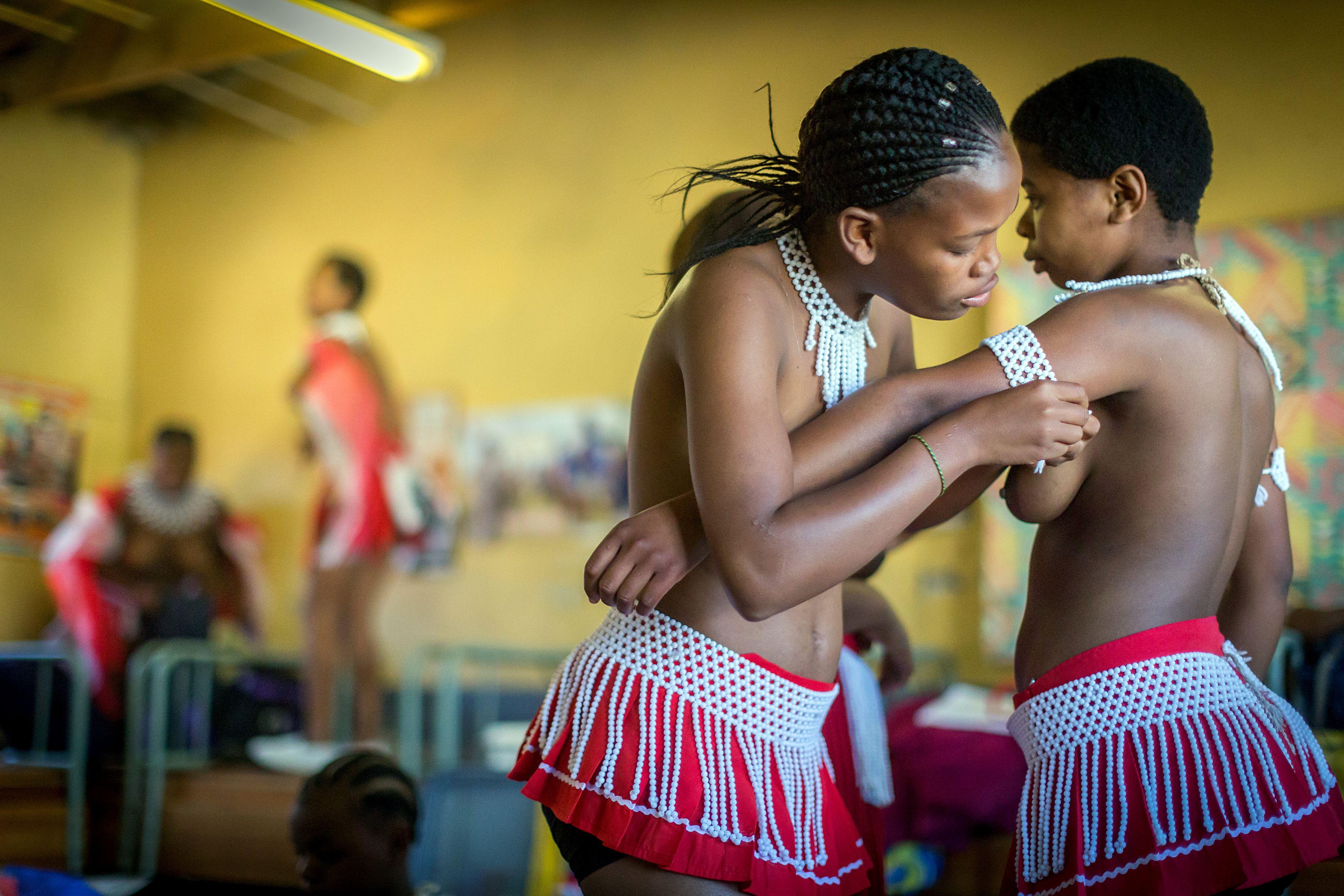 南非祖魯族少女準備參加小型的芒草舞蹈表演。(Getty Images)
