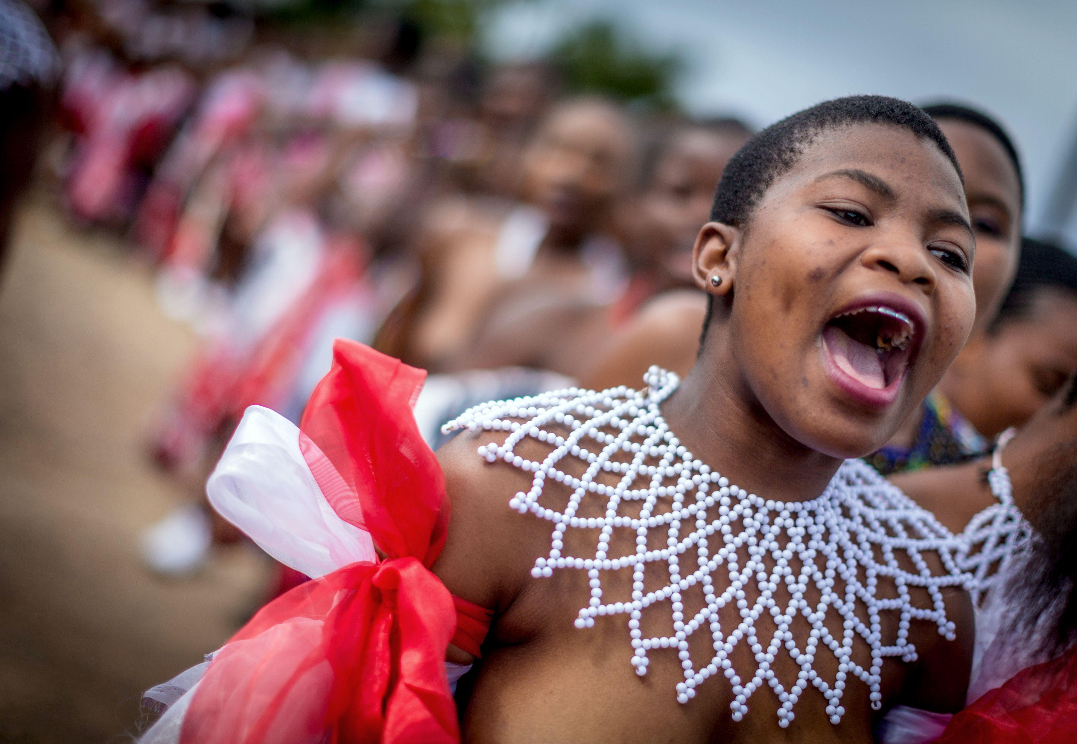 一名穿著南非祖魯族傳統服飾的少女參加小型的芒草舞蹈表演時高聲呼喊。(Getty Images)