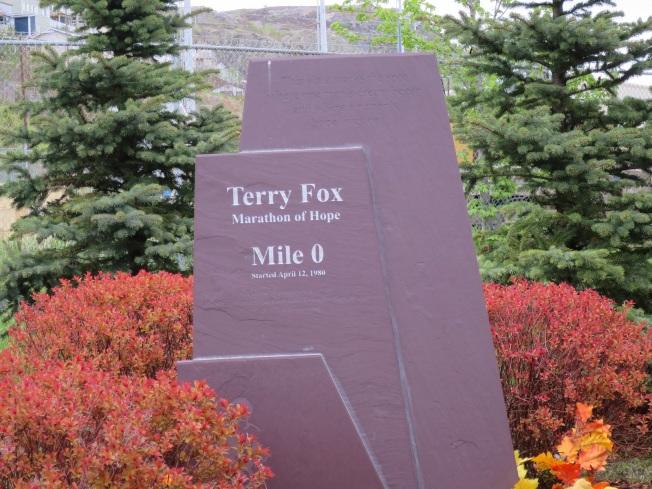 聖約翰市旅館邊的第零里的石碑,是橫貫加拿大公路的起點,泰瑞福克斯的銅像在其後。